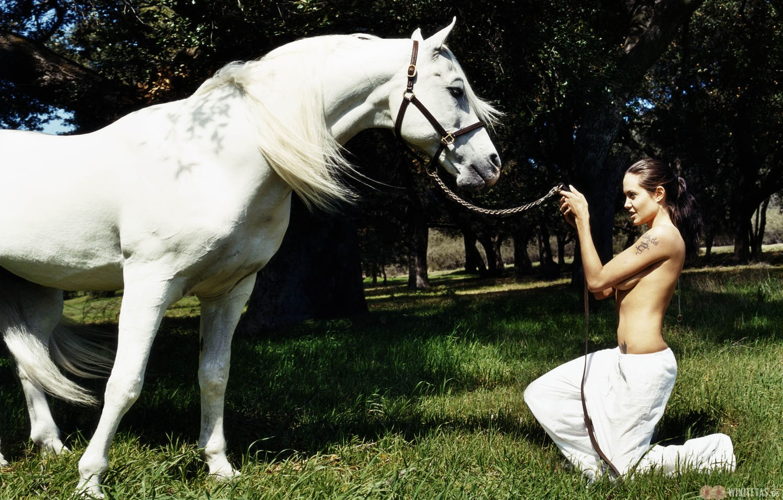 Angelina.Jolie.caballo.wikitetas3